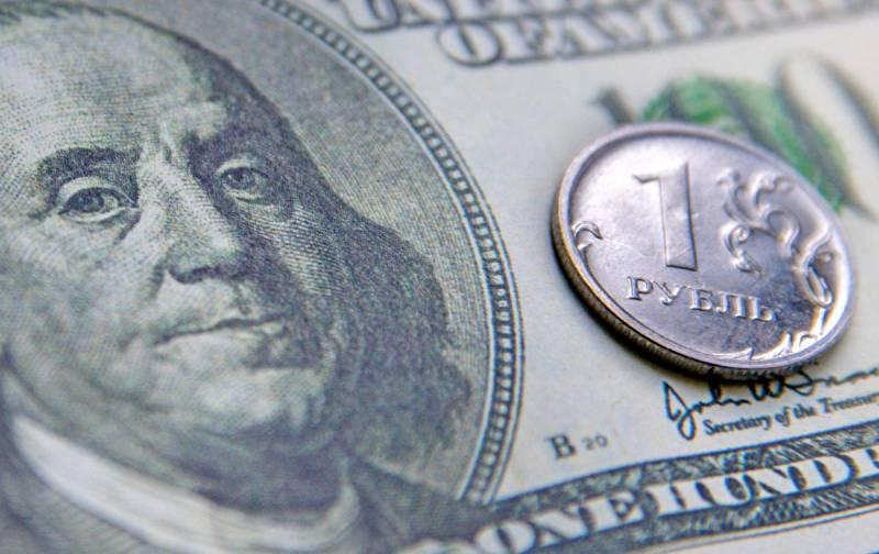 К концу года эксперты предрекли серьезное падение курса рубля
