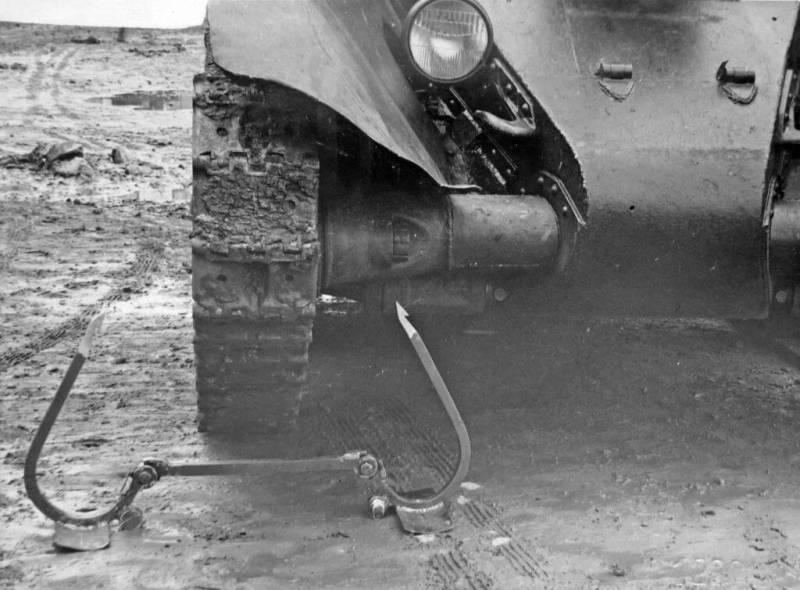 Двухшарнирный капкан Богданенко перед танком БТ-7
