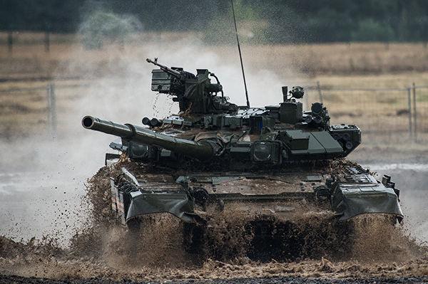 Танк Т-90 участвует в специализированном показе