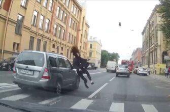 В Петербурге машина снесла девушку на пешеходном переходе (видео)
