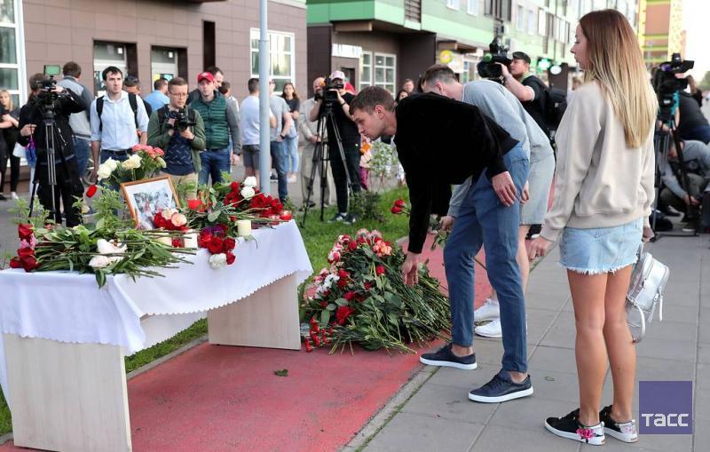 К месту гибели Белянкина местные жители несут цветы.