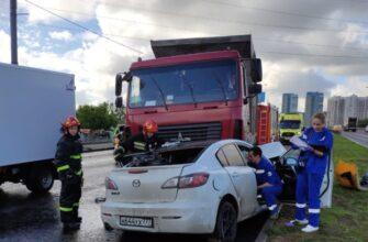 Регистратор запечатлел гибель водителя и пассажира машины Mazda в Москве