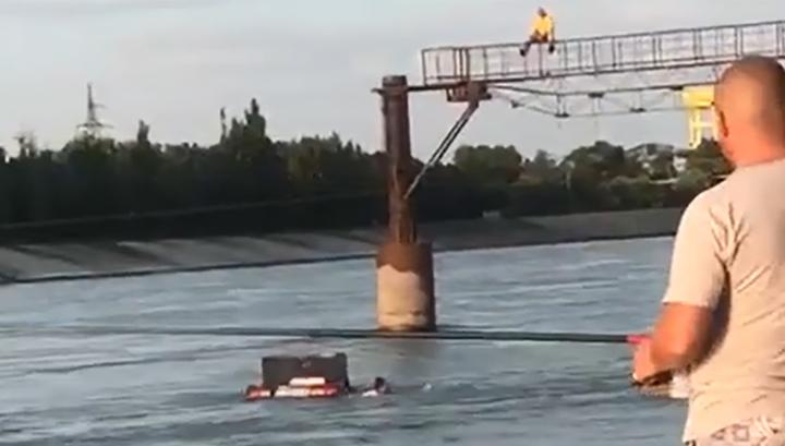 """""""Да здравствует будка для сома!"""": тонущий автомобиль с пассажирами попал на видео"""