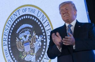 Американские шутки: Трамп выступил на фоне российского герба с клюшками