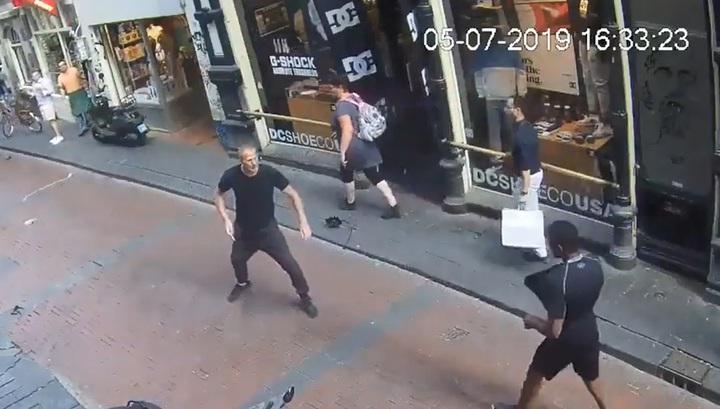 Момент убийства наркоторговца на улице в центре Амстердама