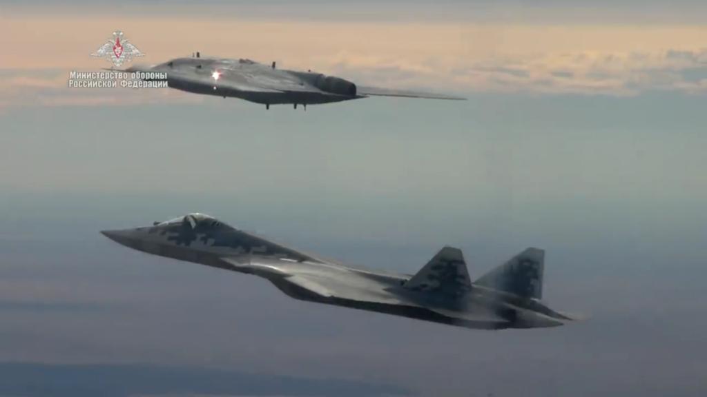"Видео полёта ударного БПЛА ""Охотник"" в паре с Су-57"