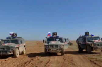 Курды забрасывают камнями колонну российско-турецкой полиции. Вид из кабины российской бронемашины