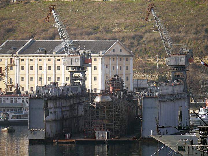 В Севастополе в Южной бухте затонул плавдок со списанной подводной лодкой