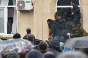 В Абхазии протестующие похитили оружие из администрации президента