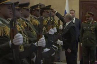 Путин надел фуражку на голову военнослужащего палестинской гвардии