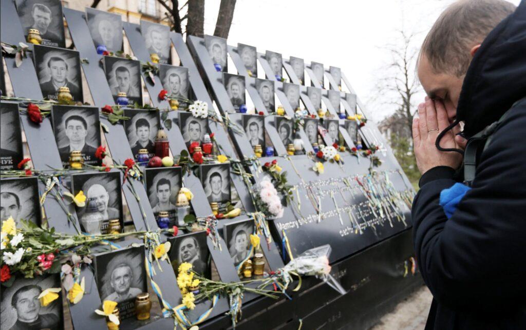Новой Украине нужны свои герои. Желательно мертвые