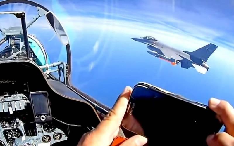 Российские Су-27 «зажали» истребитель НАТО в небе над Балтикой