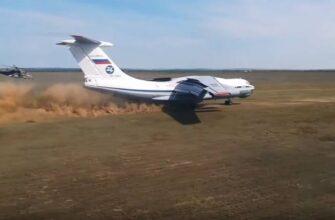 Показаны кадры с использованием грунтовой взлётно-посадочной полосы транспортной и санитарной авиацией