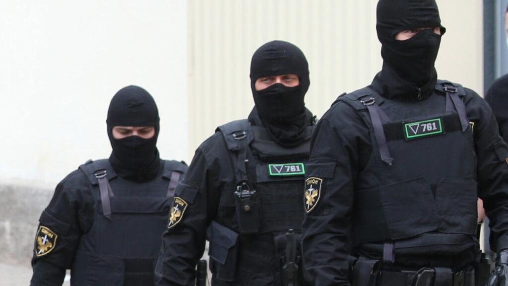 Источник рассказал, как белорусские силовики отнеслись к задержанным россиянам