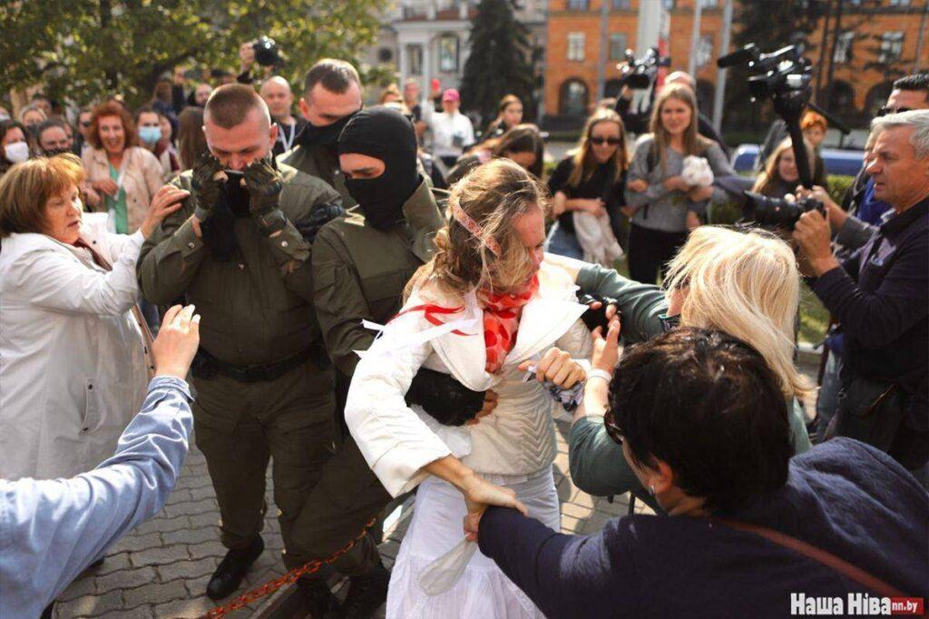 Роль «онижедетей» на «беломайдане» играют женщины